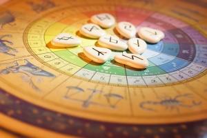 Horoskop to zapis położenia ciał niebieskich podczas naszych urodzin.